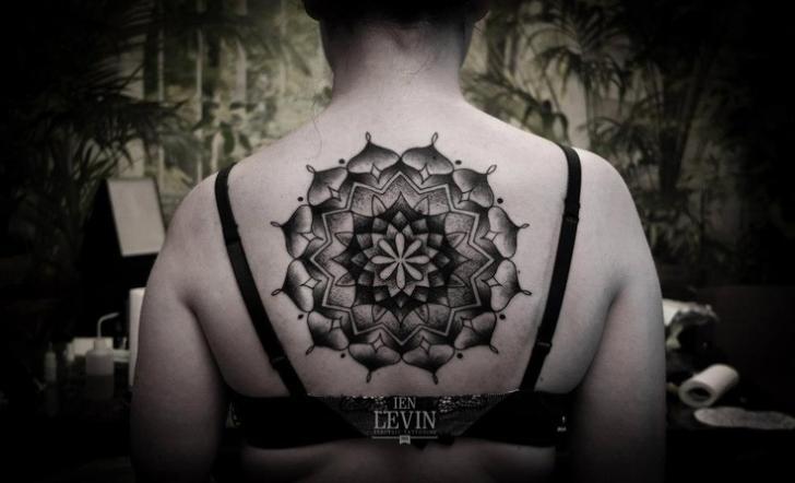 Rücken Dotwork Geometrisch Tattoo von Ien Levin
