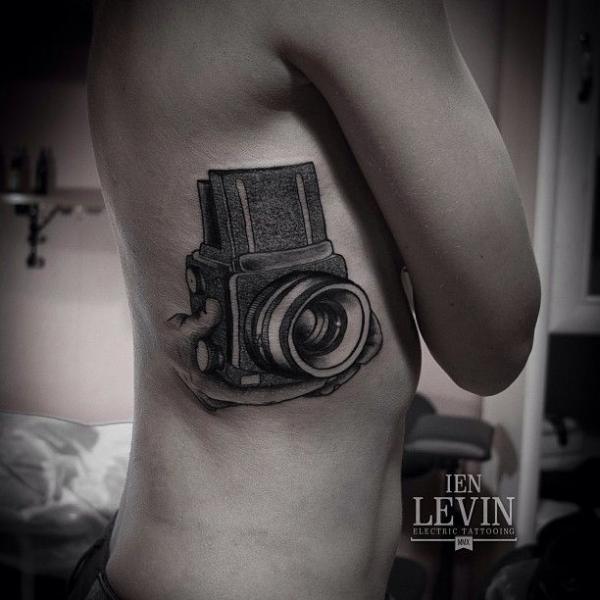 Tatuaje Lado Cámara Dotwork por Ien Levin