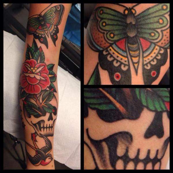 Arm Old School Schwalben Totenkopf Schmetterling Tattoo von Filip Henningsson
