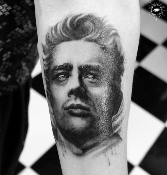 Tatuaje Brazo Retrato Realista por Maverick Ink