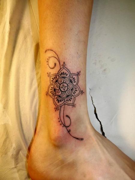 Fuß Blumen Tribal Tattoo von Next Level Tattoo
