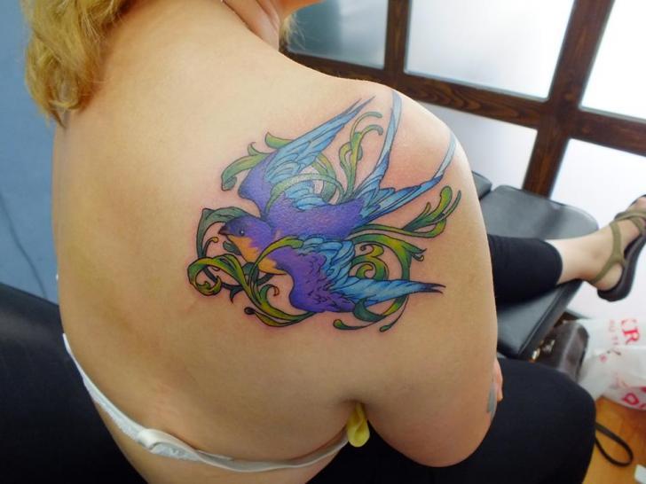 Schulter Schwalben Tattoo von Yusuf Artik Tattoo Studio