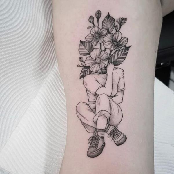 Tatuaje Brazo Flor Dotwork por Front Line Tattoo