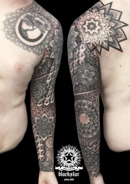 Tatuaje Hombro Dotwork Manga Mandala por Black Star Studio