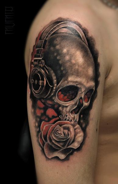 Tatuaggio Spalla Teschio Cuffie di Mumia Tattoo