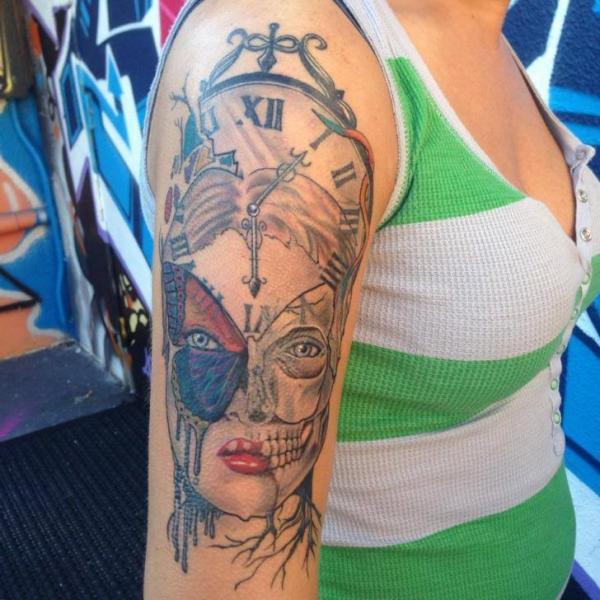 Tatuaje Hombro Fantasy Reloj Mariposa por Hyperink Studios