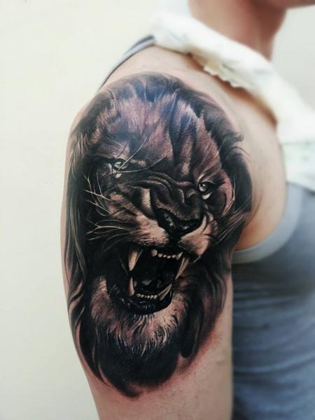 Schulter Realistische Löwen Tattoo von Peter Tattooer