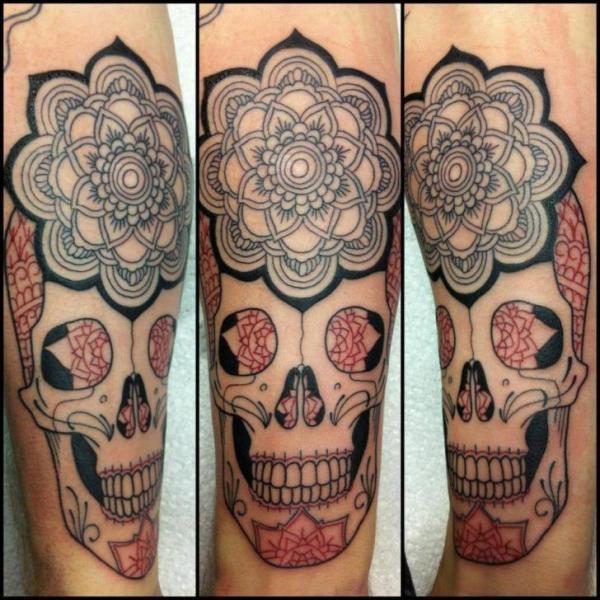 Arm Blumen Totenkopf Tattoo von Tattoo B52