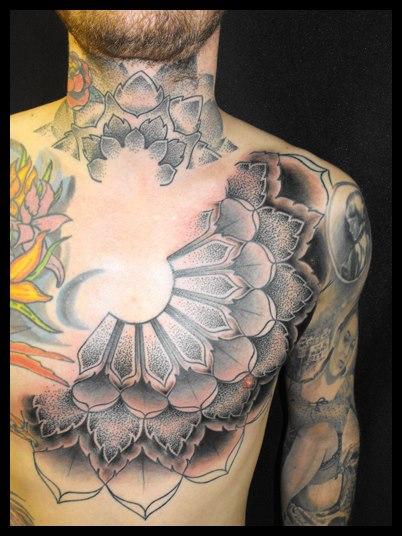 Tatuaggio Petto Collo Dotwork di Kreuzstich Tattoo