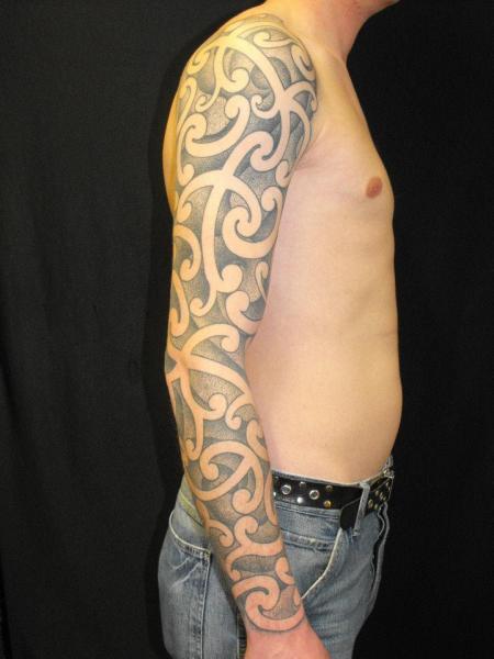 Tatuaje Dotwork Manga por Kreuzstich Tattoo