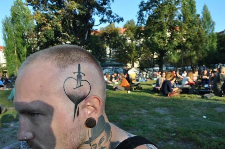 tatouage cœur tête dague par mark halbstark