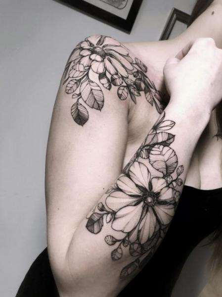 Tatuaggio Spalla Braccio Fiore Dotwork di Endorfine Studio
