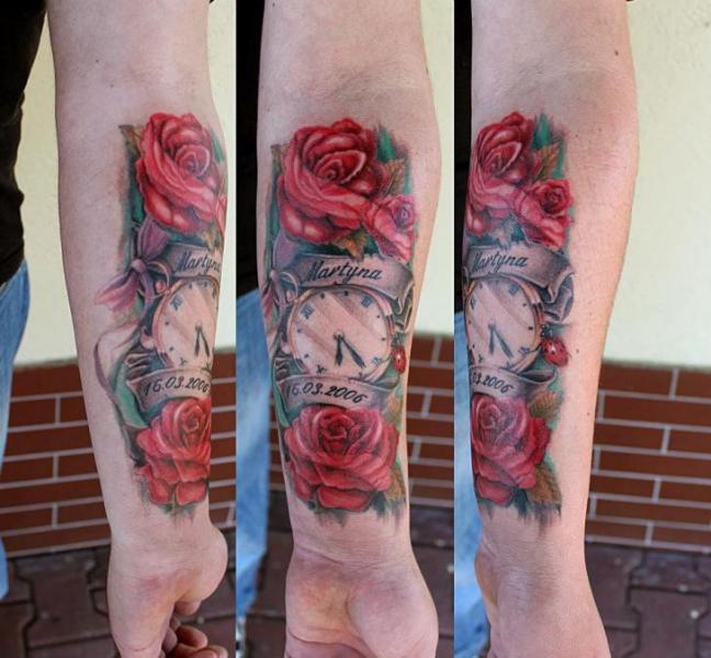 Tatuaje Brazo Reloj Flores por Endorfine Studio