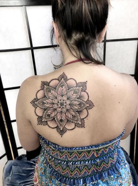 Tatuaggio Schiena Mandala di Endorfine Studio