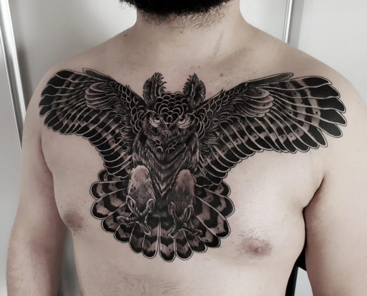 Brust Eulen Tattoo von Endorfine Studio