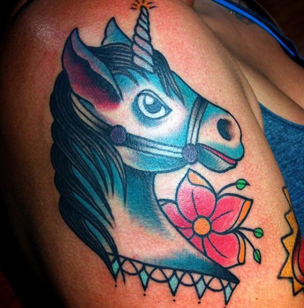 Tatuaggio Spalla Fantasy Unicorno di Alex Strangler
