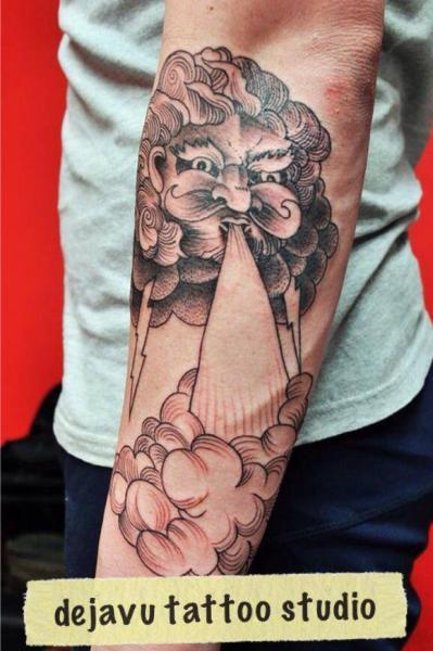 Tatuaje Brazo Nube Viento por Dejavu Tattoo Studio