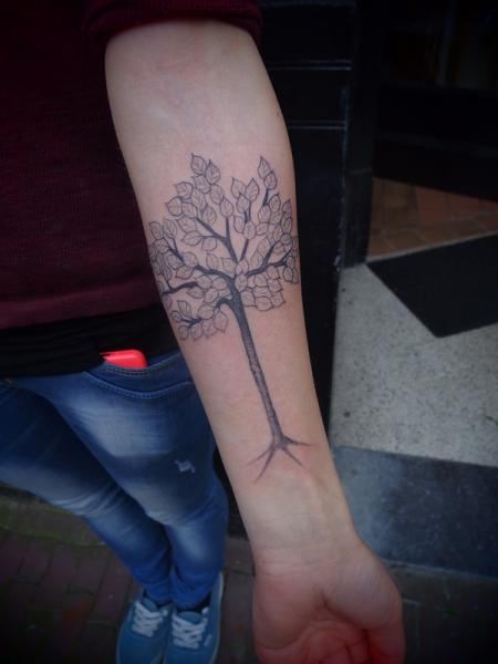 Arm Dotwork Baum Tattoo von Papanatos Tattoos