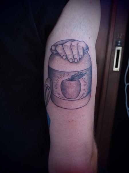 Tatuaggio Braccio Mano Mela di Papanatos Tattoos