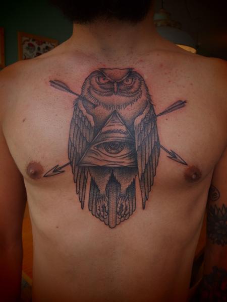 Tatuaggio Petto Gufo Dio Dotwork di Papanatos Tattoos