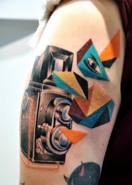 Arm Realistische Kamera Tattoo von Gulestus Tattoo