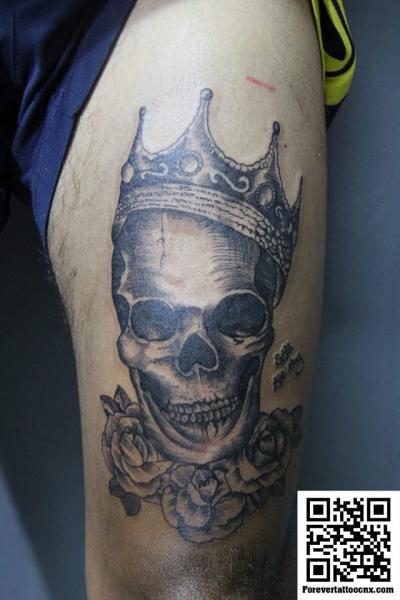 Totenkopf Krone Oberschenkel Tattoo von Forevertattoo Studio