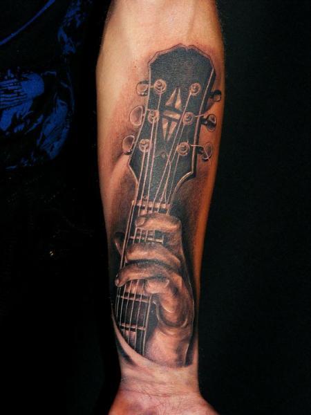 Arm Realistische Gitarre Tattoo von Da Silva Tattoo