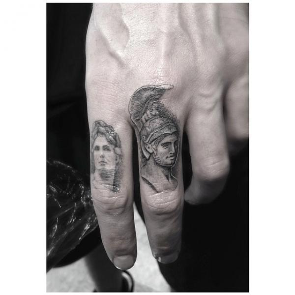 Realistische Finger Tattoo von Dr Woo