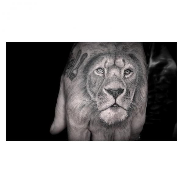 Tatouage Realiste Main Lion Par Dr Woo