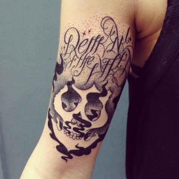 Tatuaje Brazo Letras Cráneo Abstracto por Supakitch