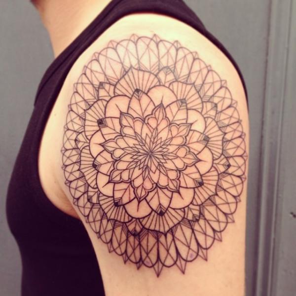 Tatuaje Hombro Geométrico Abstracto por Supakitch