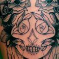 tatuagem Flor Pena Caveira Coxa por Supakitch