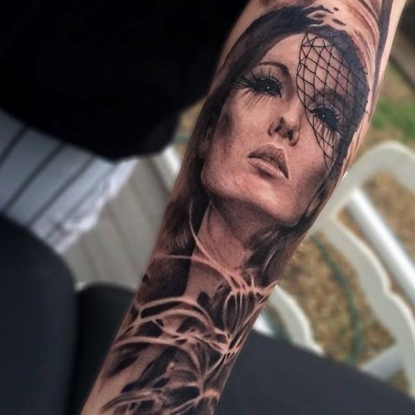 Arm Frauen Tattoo von Jak Connolly