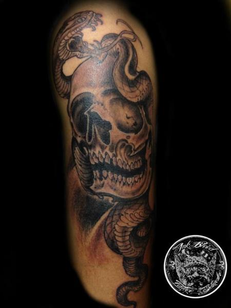 Tatuaje Brazo Serpiente Cráneo por 88Ink-Blood Tattoo Studio
