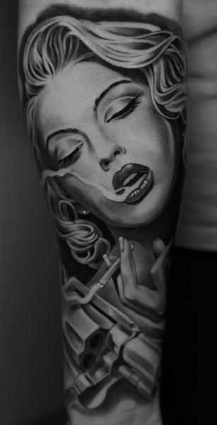 Tatuaje Brazo Mujer Pistola por Jun Cha