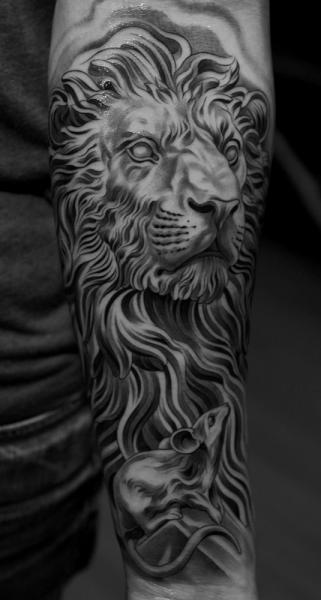 Tatuaggio Braccio Leone Topo di Jun Cha