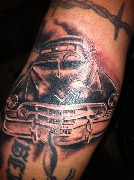 Arm Realistische Auto Tattoo von Tattoo Studio 73