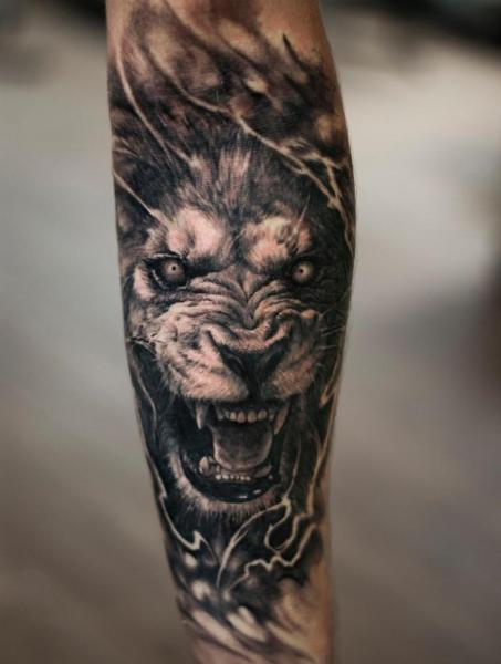 Tatuaje Brazo Realista León por Tattoo Studio 73