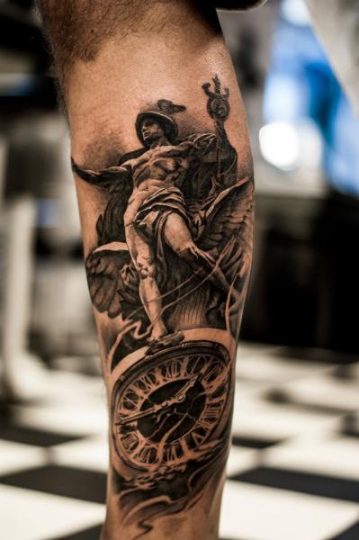 Tatuaje Brazo Realista Reloj Estatuas por Tattoo Studio 73