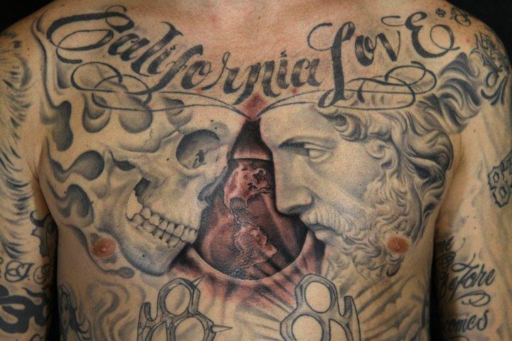 Tatuaggio Petto Scritte Teschio Mondo di Secret Sidewalk