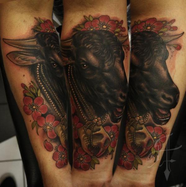 Tatuaggio Braccio Realistici Toro di Antony Tattoo