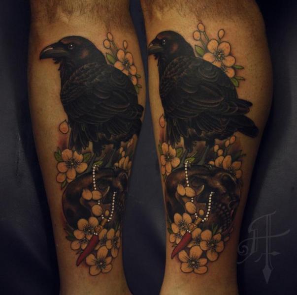 Waden Blumen Krähen Tattoo von Antony Tattoo