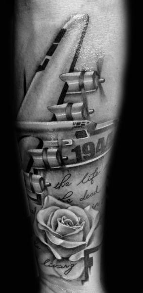 Tatuaje Pierna Letras Avión por Westfall Tattoo