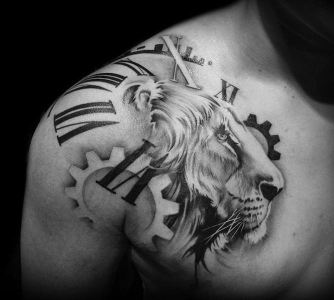 Schulter Getriebe Uhr Brust Löwen Tattoo von Westfall Tattoo
