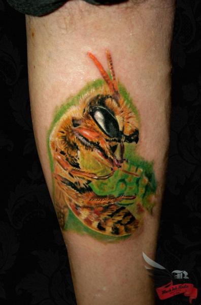 Tatuaje Brazo Realista Abeja por Black Ink Studio