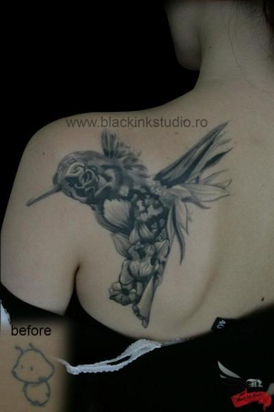 Tatuaggio Spalla Fantasy Fiore Colibrì di Black Ink Studio