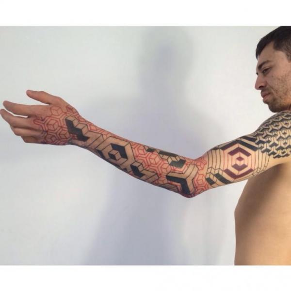 Tatuaggio Braccio Dotwork Geometrici di Corey Divine
