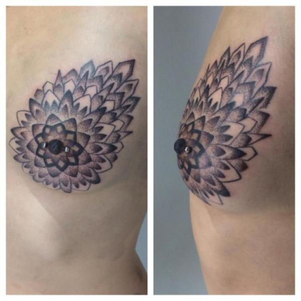 Tatuagem Dotwork Peito por Corey Divine