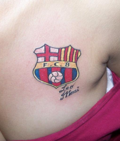 Tatouage Seins Logo Barcelona par Dr Mortiis Tattoo Clinic
