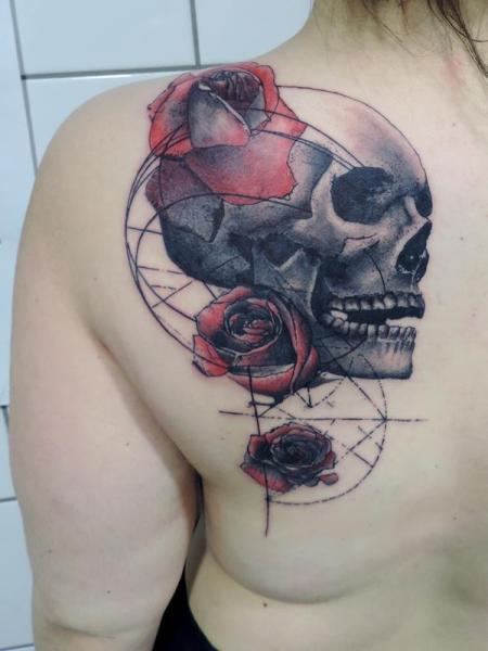 Brust Blumen Totenkopf Tattoo von Toko Lören Tattoo